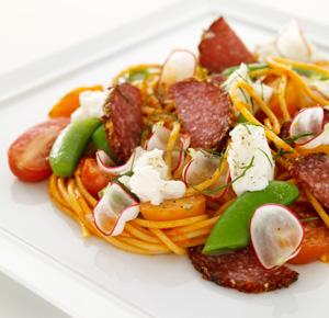 Spaghettisallad med pesto och salami