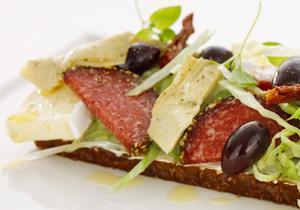 Delikatessmacka med salami och brie