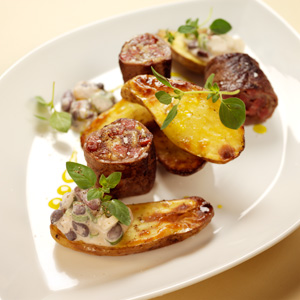 Lövbiff med inbakad salami och krämig bönröra