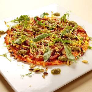 Pizza på tortillabröd med salami